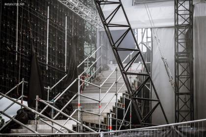 По этим ступеням можно подняться на площадку, с которой открывается неплохой вид на сцену.